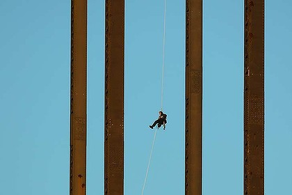 "The ""ex-military'"" protester abseils down after staging his Harbour Bridge protest."